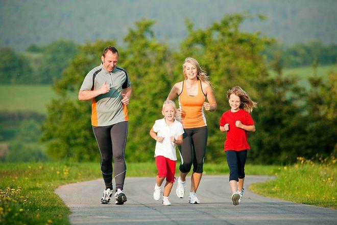 gia đình 4 người cùng chạy bộ