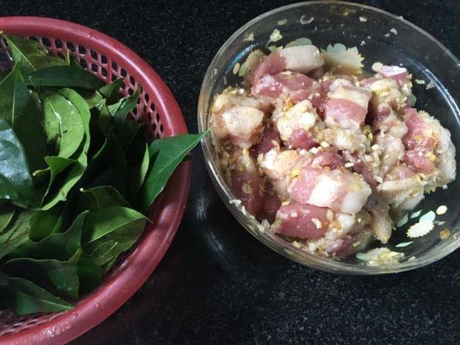 nguyên liệu rán thịt lợn với lá mắc mật