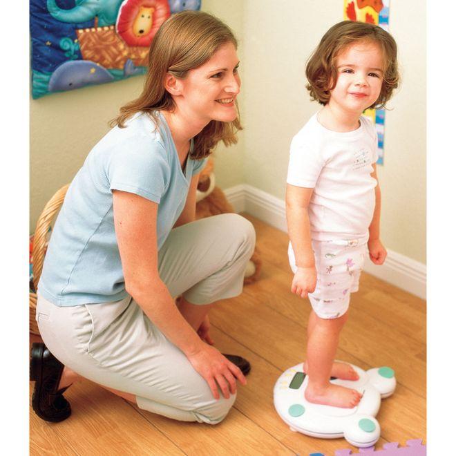 mẹ và bé đo cân nặng