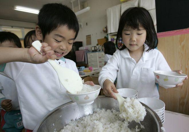 2 bé tự xúc cơm ăn