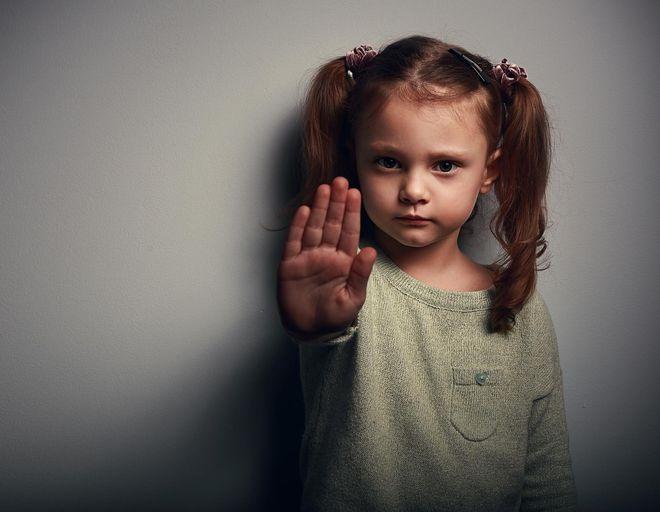 bé gái giơ tay từ chối