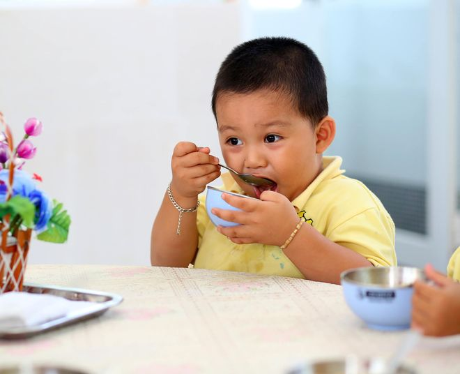 bé trai tự xúc ăn