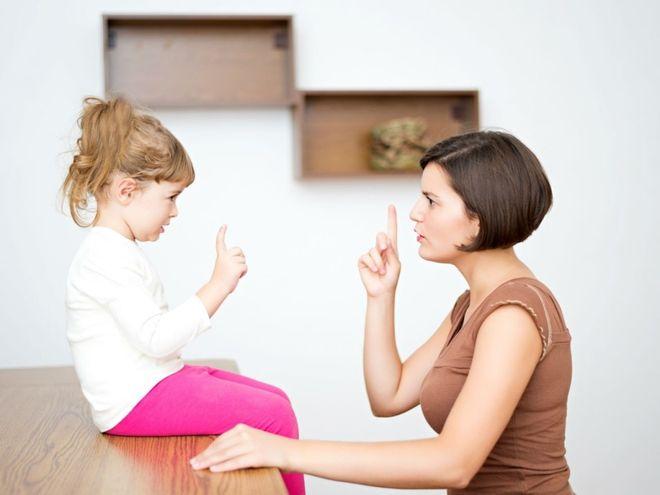 mẹ dạy con với ánh mắt nghiêm nghị