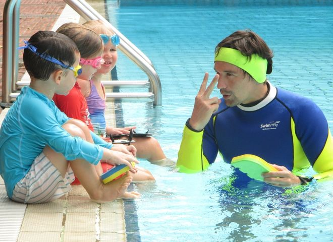 dạy bé chuẩn bị trước khi xuống nước
