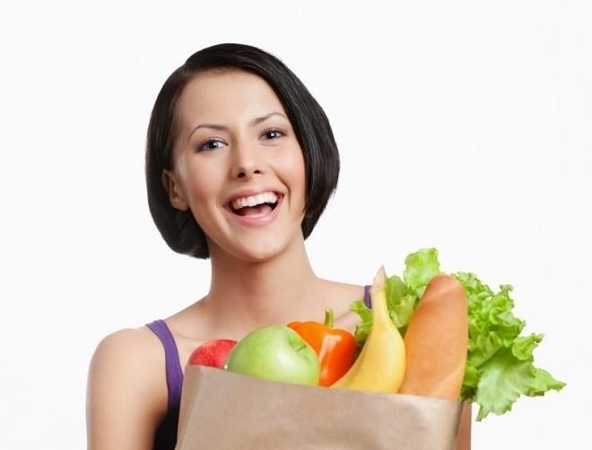 cô gái cầm túi thực phẩm
