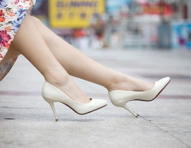 Giày cao gót là thứ bà bầu nên tuyệt đối tránh xa