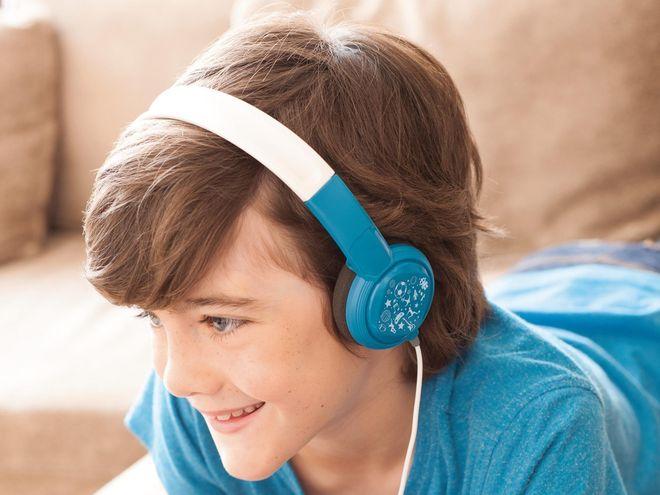 bé trai áo xanh đeo tai nghe