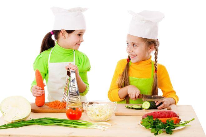 bố mẹ dạy trẻ chế biến đồ ăn