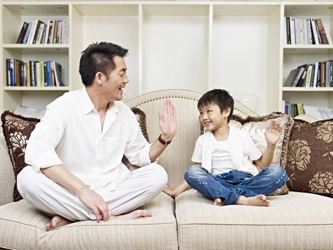 bố mẹ cần khen thưởng động viên trẻ