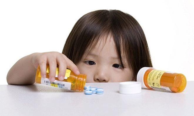 không tùy tiện cho bé uống thuốc