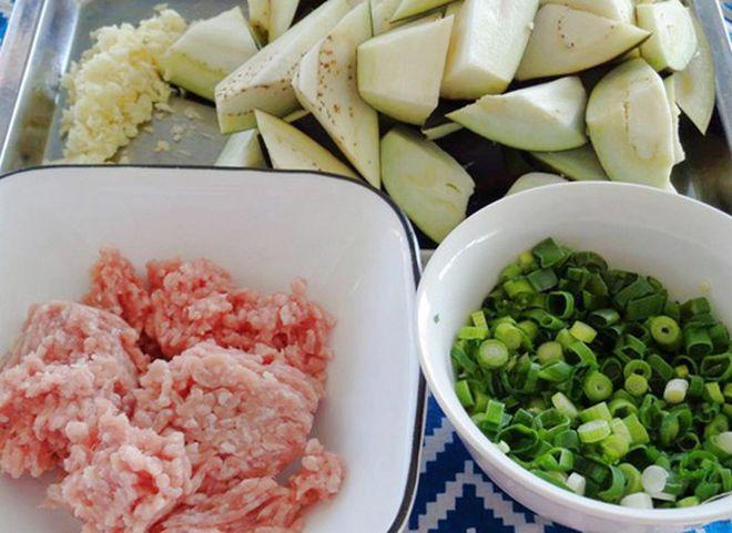 sơ chế cà tím xào thịt băm