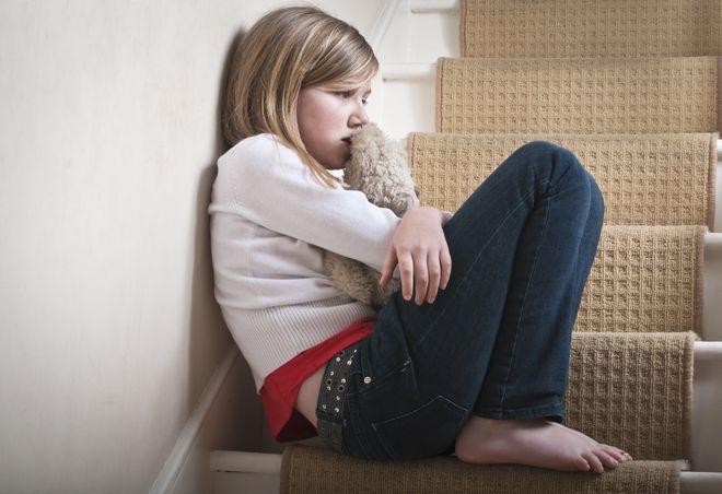 trẻ sợ hãi ngồi ở cầu thang