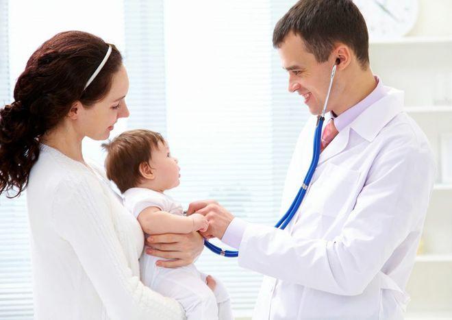 đưa bé ho có đờm đi khám bác sĩ