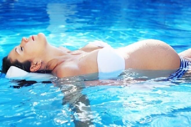 Bà bầu bơi cũng giúp ích cho thai kỳ   Ảnh Internet