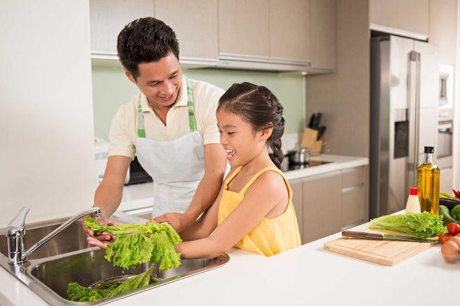 trẻ nấu ăn cùng ba