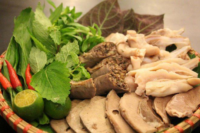 lòng luộc nóng hổi ăn kèm rau húng và các loại rau thơm khác