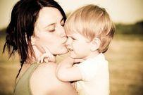 Mẹ luôn là cái bóng bên con suốt đời!