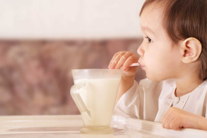 bé hút sữa