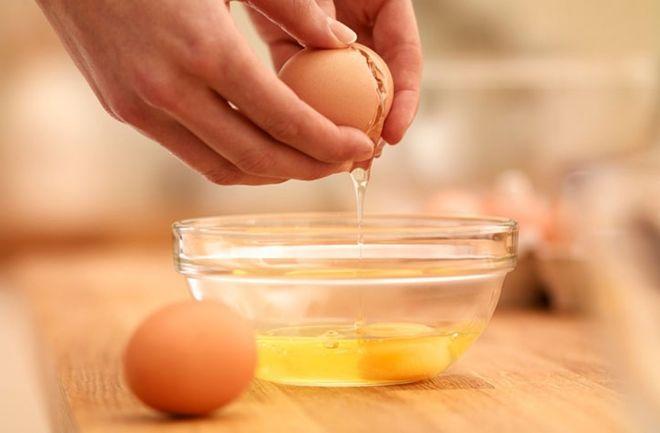 tách lòng đỏ trứng vào chén