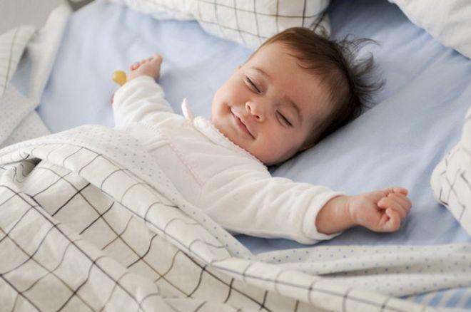 bé cười khi ngủ