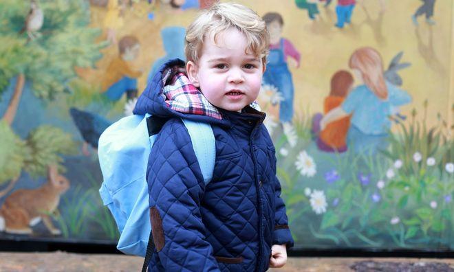 bé trai đeo cặp đi học