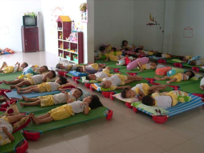 các bé mẫu giáo ngủ trưa