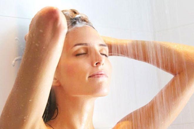 Tắm nước ấm hoặc nước nóng cũng có tác dụng như việc chườm nóng