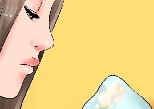 Bằng cách quan sát màu sắc và kiểm tra độ dính của dịch nhầy âm đạo bạn có thể dự đoán được thời điểm rụng trứng để quan hệ