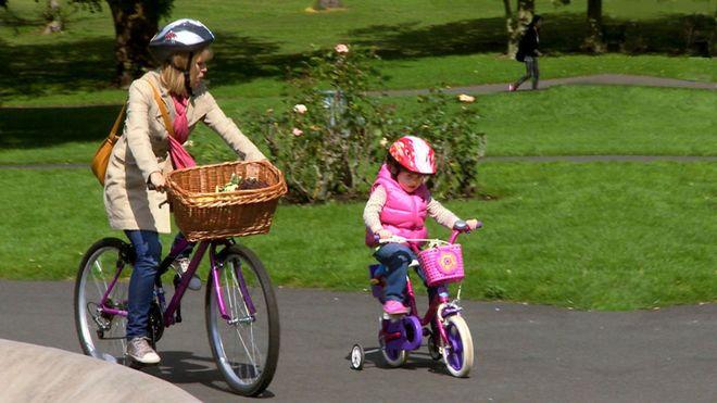 mẹ cùng chạy xe đạp với con