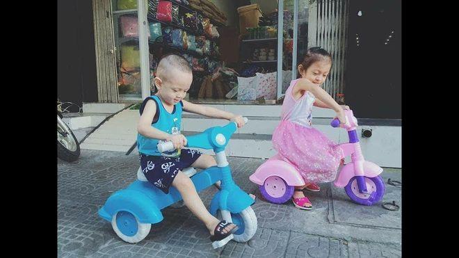 2 bé tập đi xe đạp