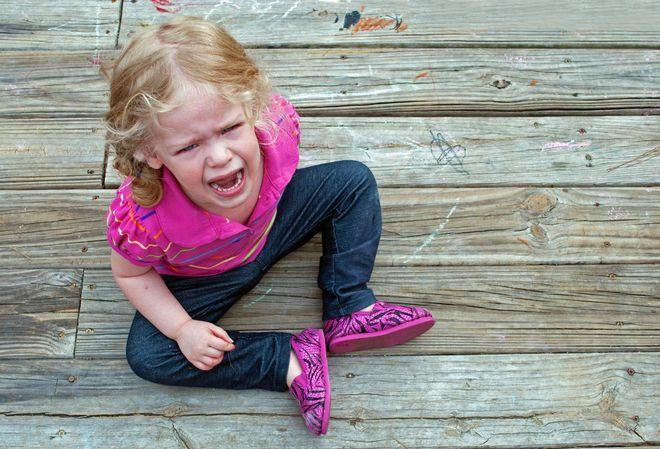 bé gái ngồi khóc lóc ăn vạ