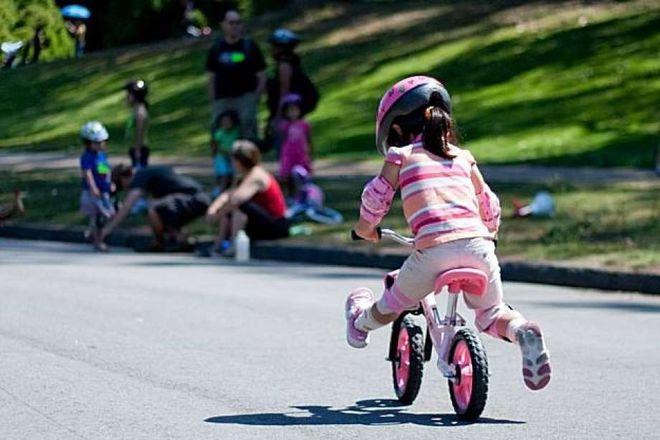 bé gái tập đi xe đạp