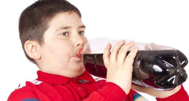 Trẻ thừa cân béo phì nên kiêng các loại nước ngọt