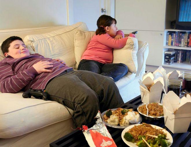 Cha mẹ không nên cho trẻ béo phì ngồi một chỗ quá nhiều
