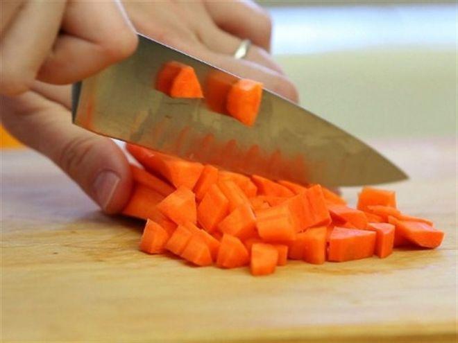 cà rốt gọt vỏ rửa sạch và thái hạt lựu