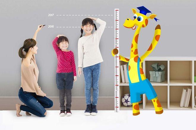 mẹ đo chiều cao cho 2 con