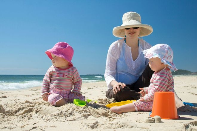 2 bé cùng mẹ ngồi xây xát trên bãi biển