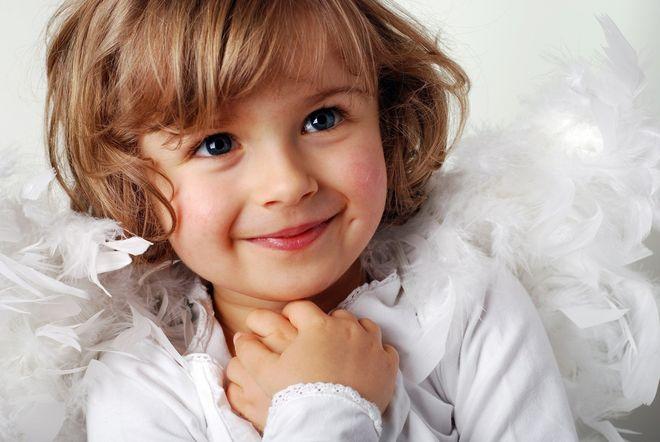 bé gái cười có lúm đồng tiền