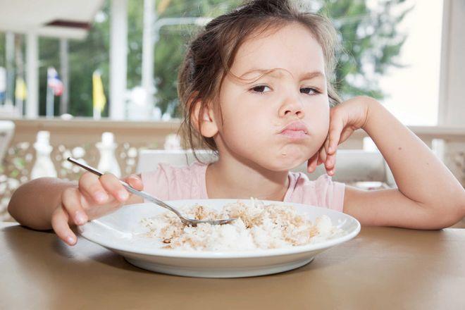 bé gái chu miệng không chịu ăn