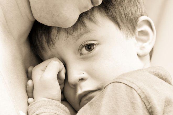 bé khóc trong lòng mẹ