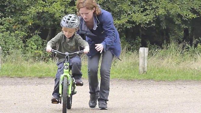 dạy trẻ đi xe đạp