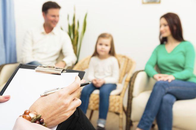 một buổi trị liệu tâm lý gia đình cho trẻ em