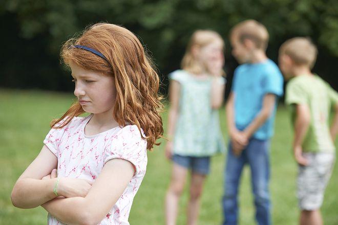 bé gái bị bạn bè cô lập