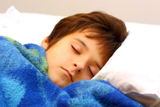 bé trai đắp mền xanh nằm ngủ
