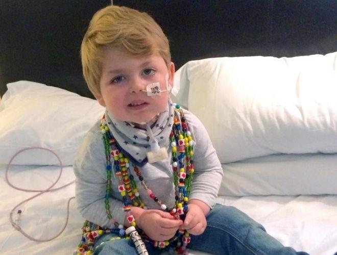 bé trai bị bệnh u não điều trị ở bệnh viện