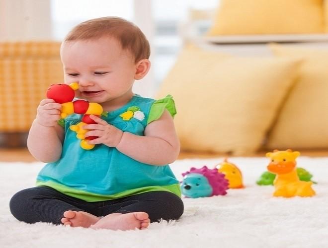 bé chơi các con thú nhiều màu sắc
