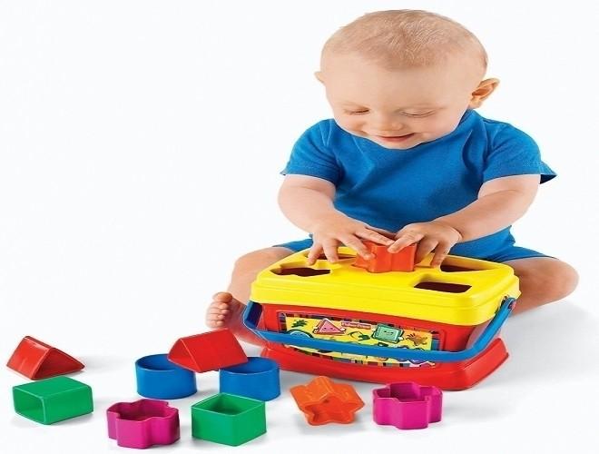 bé chơi ghép các ô gỗ