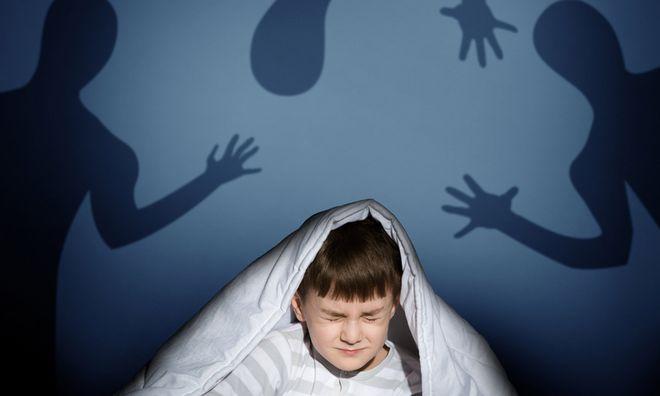 bé trai mơ thấy ác mộng