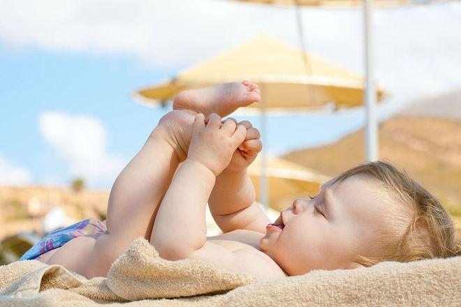 cho trẻ tắm nắng