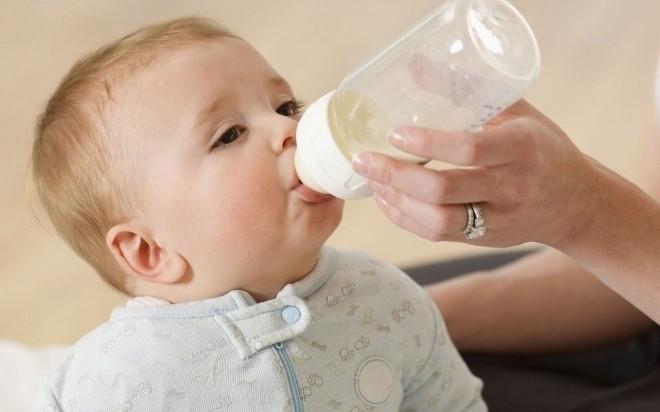 cho trẻ 7 tháng tuổi bú bình